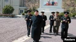 Sự tàn bạo của ông Kim Jong Un là những dấu hiệu cho thấy chế độ Bình Nhưỡng chẳng những muốn xa lánh thế giới bên ngoài mà có lẽ còn đang trải qua một vụ xung đột nội bộ nghiêm trọng.