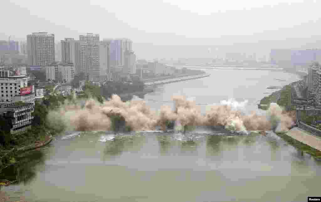 Çinin Hunan vilayətində Lişu körpüsü nəzarətli qaydada sökülür. 1971-ci ildə tikilmiş körpünün uzunluğu 246 metr idi.