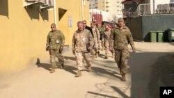 El general de la Infantería de Marina de EE.UU. Frank McKenzie (centro) máximo comandante estadounidenese para el Medio Oriente, hace una visita no anuncia el viernes, 31 de enero de 2020 a Kabul, Afganistán.