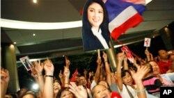 기뻐서 환호하는 푸어타이당의 잉럭 친나왓 후보 지지자들