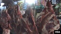 Harga daging sapi di Jawa Barat saat ini menyentuh harga jual tertinggi yaitu Rp 100.000 - Rp 150.000 perkilogram (foto: VOA/R. Teja Wulan).