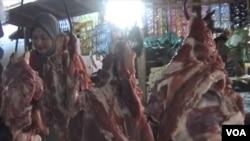 Pemerintah didesak untuk menambah impor daging sapi paling lambat minggu terakhir bulan Juli untuk menjaga pasokan dan kestabilan harga di pasaran (foto: VOA/R. Teja Wulan).