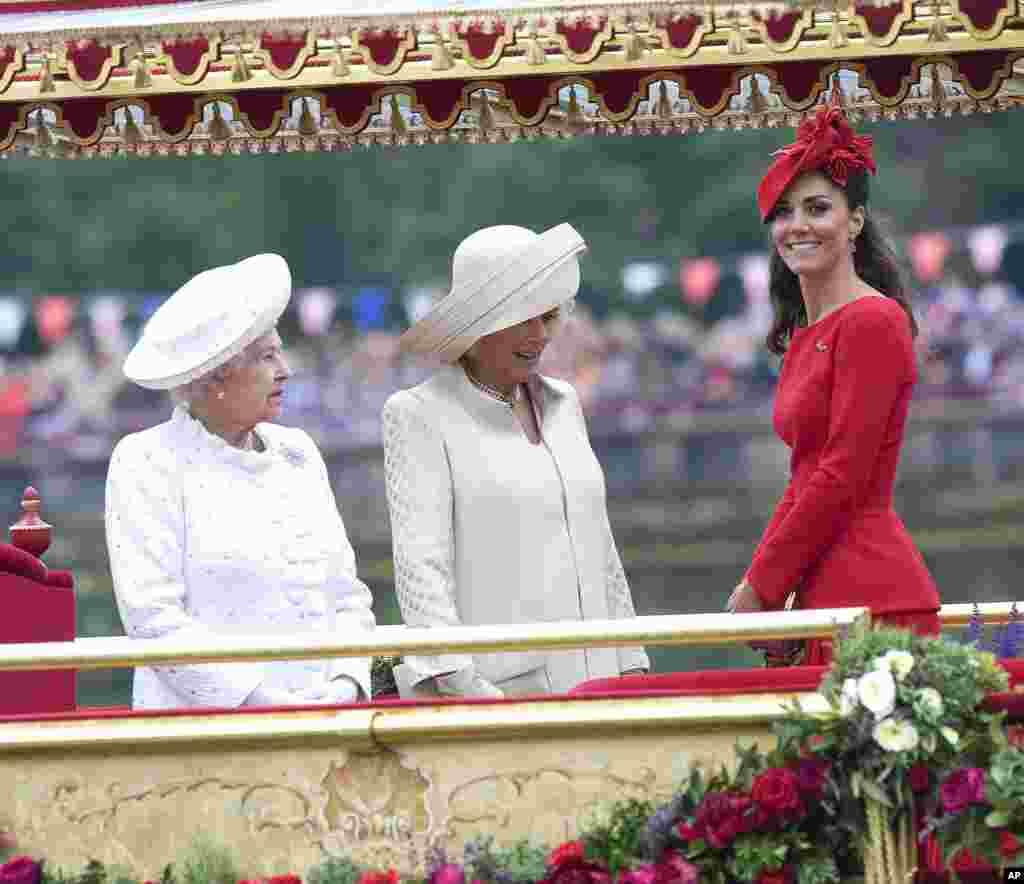 Duchess of Cambridge, Kate Middleton (kanan) Duchess of Cornwall, Camilla (tengah) dan Ratu Elizabeth II menyaksikan prosesi flotilla yang terdiri dari 1.000 perahu sebagai bagian dari perayaan 60 tahun tahta Ratu Elizabeth II.