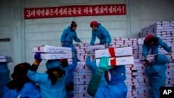 북한 라선 경제 특구 수산시장에서 공장 노동자들이 중국행 트럭에 해산물 상자를 싣고 있다. (자료사진)