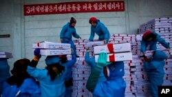 지난 2013년 11월 북한 라선 경제특구의 수산물 가공 공장 직원들이 중국으로 수출될 상품을 트럭에 싣고 있다. (자료사진)