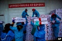 지난 2013년 라선 경제특구 수산시장의 북한 노동자들이 중국행 트럭에 해산물 상자를 싣고 있다.