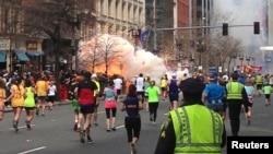 Sejumlah pelari peserta maraton Boston sedang menuju garis akhir ketika dua bom meledak secara simultan dalam pertandingan maraton yang terkenal itu pada 15 April 2013.