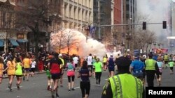 Para peserta Marathon Boston meneruskan lari mereka menuju garis finish saat terjadinya ledakan di dekat garis finish, 14 April 2013 (Foto: dok). Wapres AS Joe Biden akan menghadiri peringatan setahun tragedi ini di Boston, hari ini (15/4).