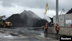 지난해 9월 러시아 나홋카항에 석탄이 쌓여있다. 북한은 석탄 수출을 제한하는 지난해 8월 안보리 결의 이후에도 러시아 연해주의 나홋카항과 홀름스크항 등을 통해 여러 차례 한국과 일본으로 석탄을 불법 수출한 것으로 알려졌다.