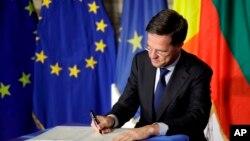 El primer ministro holandés Mark Rutte firma la declaración durante la cumbre de la UE en el Salón Orazi y Curiazi en el Palazzo dei Conservatori en Roma el sábado 25 de marzo de 2017.