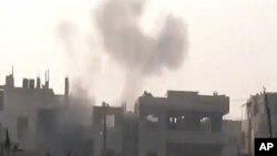 정부군의 폭격으로 연기가 치솟는 홈즈 시