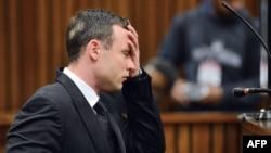 Atlet Afrika Selatan Oscar Pistorius saat mengikuti persidangan di Pengadilan Tinggi Pretoria, 30 Juni 2014 (Foto: dok).