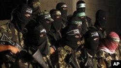 带着面罩的哈马斯武装人员9月2日在加沙举行记者会抗议和谈
