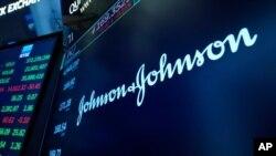 El logotipo de Johnson & Johnson aparece en un monitor sobre un puesto comercial en el piso de la Bolsa de Valores de Nueva York, el lunes 12 de julio de 2021.
