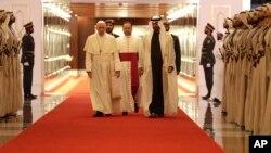 罗马天主教宗2019年2月3日抵达阿布扎比时受到阿布扎比王储谢赫-穆罕默德-本-扎耶德-阿勒纳哈扬的迎接