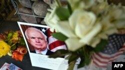 Građani Finiksa u Arizoni odali su poštu Džonu Mekejnu