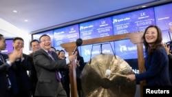 瑞幸咖啡首席执行官钱治亚(右)和非执行董事长陆正耀(左)在美国纽约纳斯达克市场敲响了公司股票上市交易的钟声(2019年5月17日)。
