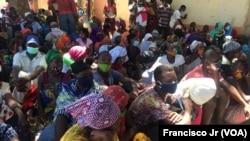 Deslocados em Cabo Delgado aguardam produtos através da ajuda do PMA, em Pemba.