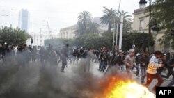Người biểu tình đụng độ với cảnh sát chống bạo động tại trung tâm thành phố Tunis, 26/2/2011