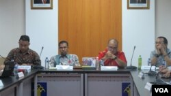 Para calon Komisioner Komnas HAM sedang menjalani dialog publik/seleksi di Kementerian Hukum dan HAM di Jakarta, Rabu 17/5. (VOA/Fathiyah Wardah)