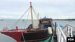 菲律宾国家警察特别船队没收的一艘渔船。警方说,中国渔民用这艘船非法打捞濒危海龟。(美国之音斯特罗瑟拍摄)