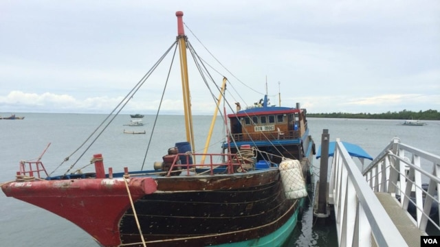 The Philippines' National Police Special Boat Unit seized this boat, which they say was manned by Chinese poachers that were catching endangered turtles in Filipino territorial waters, Palawan, Philippines, Sept. 3, 2014. (Jason Strother/VOA)