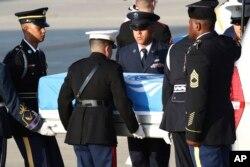 1일 오산 미 공군기지에서 군인들이 북한에서 송환된 미군 유해를 운구하고 있다. 유엔기에 덮힌 금속관에 담긴 유해 55구는 미군 수송기 C-17 두 대에 실려 하와이 펄하버-히캄 합동기지로 향했다.