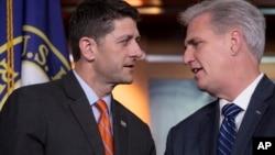 ປະທານສະພາຕ່ຳ ທ່ານ ພອລ ໄຣແອນ (Paul Ryan), ຈາກລັດວິສຄອນຊິນ ສັງກັດພັກຣີພັບບລີກັນ, ຊ້າຍ, ຫາລືກັບ ຜູ້ນຳສຽງສ່ວນຫຼາຍ ຂອງສະພາຕ່ຳ ທ່ານເຄວິນ ເມັກຄາຣຕີ ຈາກລັດຄາລີຟໍເນຍ ສັງກັດພັກຣີພັບບລີກັນ (Kevin McCarthy) ໃນລະຫວ່າງ ກອງປະຊຸມຖະແຫລງຂ່າວ ຢູ່ທີ່ລັດຖະສະພາ ໃນນະຄອນຫຼວງວໍຊິງຕັນ, ວັນທີ 16 ພຶດສະພາ 2018.