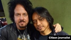 Dewa Budjana bersama gitaris kelompok TOTO, Steve Lukather (foto/dok: Dewa Budjana)