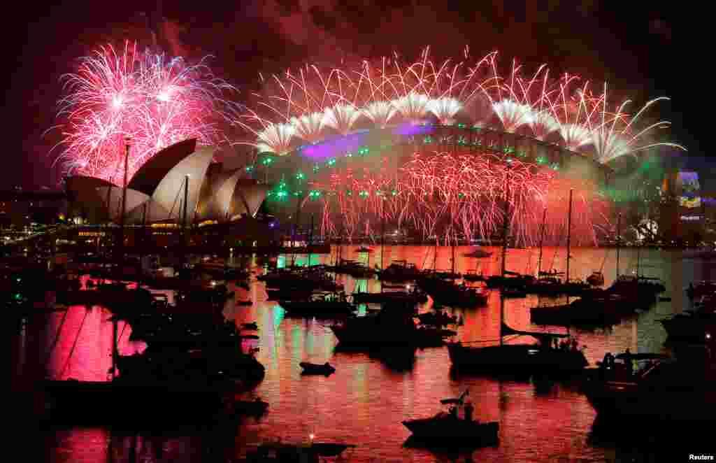 آسٹریلیا میں ہزاروں افراد نے آتش بازی کی رنگا رنگ روشنیوں کے سائے میں سالِ نو کا استقبال کیا۔