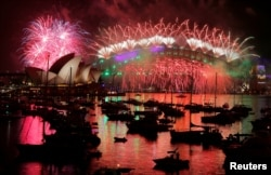 Fireworks explode over the Sydney Opera House and Harbour Bridge as Australia ushers in the New Year in Sydney, January 1, 2017. (REUTERS/Jason Reed)