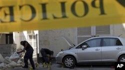 Полицейские обследуют место взрыва в городе Манама в Бахрейне. 5 ноября 2012 г.