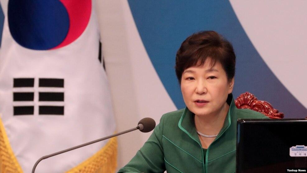 ေတာင္ကိုရီးယားသမၼတ Park Geun-hye က သူ႔အစိုးရအဖြဲ႔ရဲ႕ ထိပ္တန္းတာ၀န္ရွိ သူအမ်ားအျပား ႏႈတ္ထြက္စာတင္ထားတာကို ဒီကေန႔ လက္ခံ