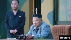 Nhà lãnh đạo Triều Tiên Kim Jong Un quan sát cuộc thử nghiệm hai phi đạn đạn đạo tầm ngắn (ảnh do hãng tin KCNA của Triều Tiên công bố ngày 26/7/2019)