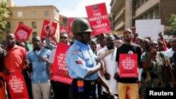 Un policier anti-émeute se tient devant la manifestation des médecins à Nairobi, au Kenya, le 13 février 2017.