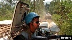 Des Casques bleus patrouillent a bord des véhicules blindés près du village abandonné de Kaswara, en Ituri, RDC, 14 juillet 2006.