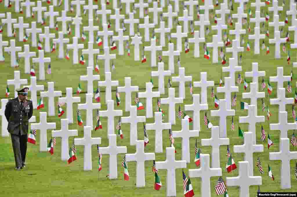 Một người đàn ông đi qua Nghĩa trang Quân đội Mỹ ở Falciani trong một buổi lễ đánh dấu Ngày Chiến sĩ Trận vong của Mỹ, ở ngoại ô thành phố Florence, Ý.