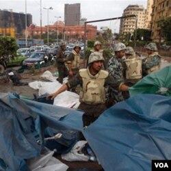 Militer Mesir mulai membongkar tenda-tenda demonstran di Lapangan Tahrir untuk memulihkan kembali situasi di Kairo.