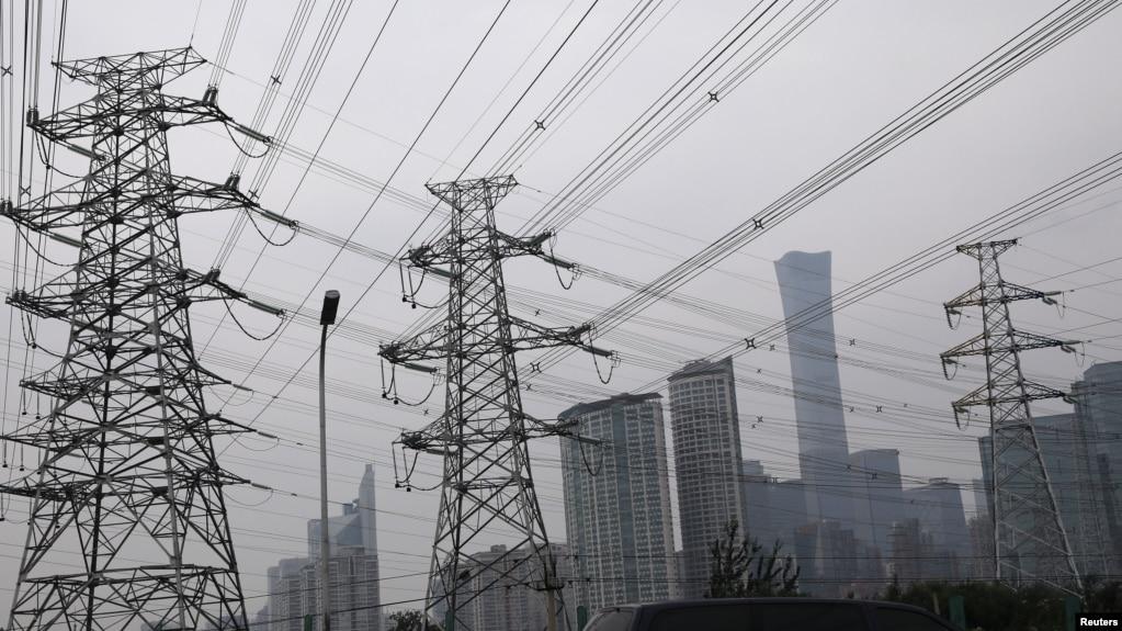 北京商业中心区旁的输电塔。(2021年9月28日)