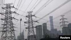 北京商業中心區旁的輸電塔。(2021年9月28日)