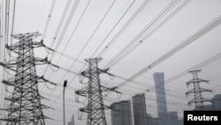 北京商業中心區旁的輸電塔。 (2021年9月28日)