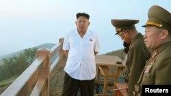 북한 김정은 국방위원회 제1위원장이 전략군의 전술 로켓 발사훈련을 지도했다고 조선중앙통신이 30일 보도했다.