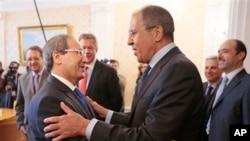 Menteri Luar Negeri Rusia Sergey Lavrov (kanan) menyambut Deputi Menteri Luar Negeri Suriah Fayssal Al-Mekdad dalam pertemuan di Moskow (22/5). (AP Photo/Mikhail Metzel)