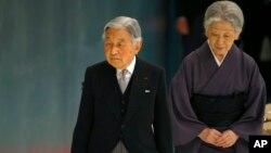 Kaisar Akihito (kiri) dan permaisurinya Michiko, saat hadir pada sebuah acara di gedung Nippon Budokan di Tokyo, tahun lalu (foto: dok).