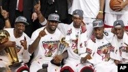 Celebración en la American Arena de Miami, la casa del Miami Heat que ayer se coronó campeón de la NBA.