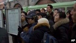 13일 평양 기차역에 장성택 전 국방위 부위원장의 처형 소식이 게재된 가운데, 북한 주민들이 기차역에 게재된 신문을 읽고 있다.