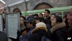 지난 2013년 평양 기차역에서 북한 주민들이 장성택 전 국방위 부위원장이 처형됐다는 내용의 신문을 읽고 있다. (자료사진)