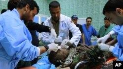 Ma'aikatan magani suna jinya mayakin 'yan tawaye a Ajdabiyah, Libya,