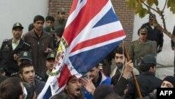 Những người biểu tình dỡ bỏ lá cờ của Đại sứ quán Anh ở Tehran, 29/11/2011