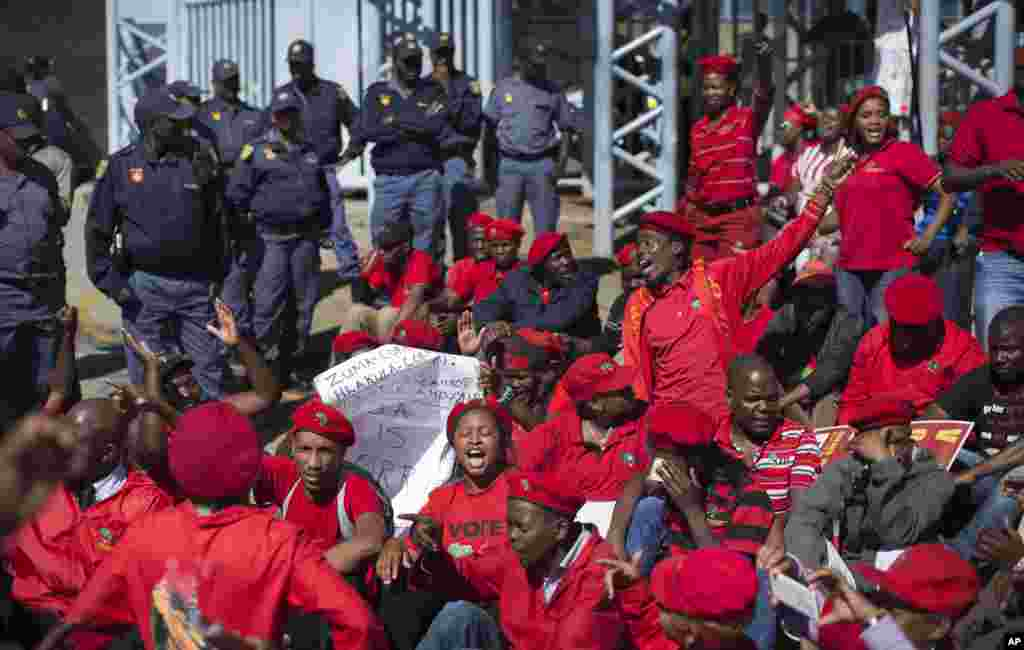 Supporters of Julius Malema's opposition Economic Freedom Fighters (EFF) party who were upset with the election results stage a protest outside the provincial results center for Gauteng province, in Johannesburg, South Africa, May 9, 2014.
